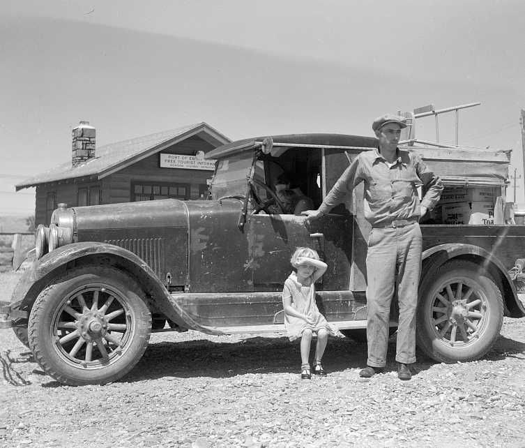 North Dakota family moving to Idaho at port of entry near Miles City, Montana    Photo: Arthur Rothstein