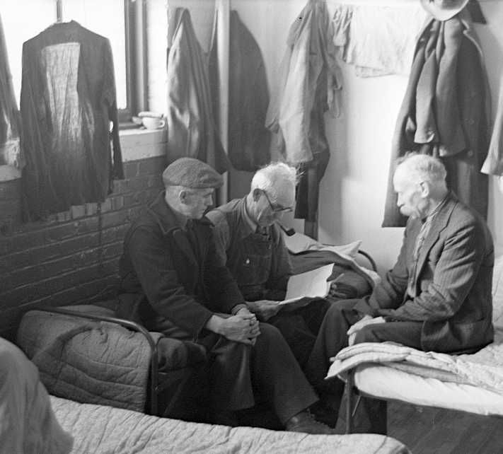 Man reading to fellow inmates, homeless men's bureau, Sioux City, Iowa Photo: Russell Lee