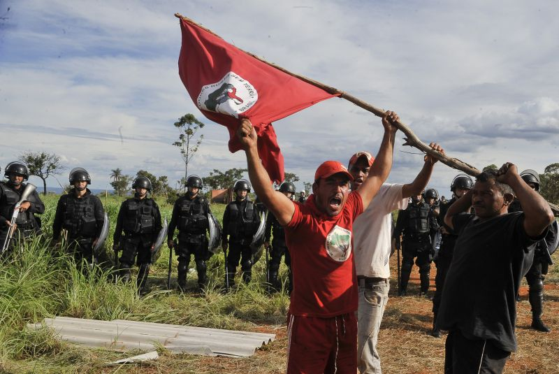MST flag raised at protest - Valter Campanato/ABr
