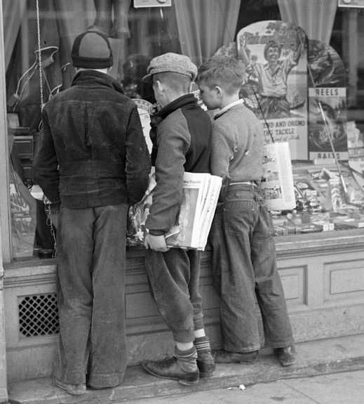 Newsboys admiring sporting goods, Jackson, Ohio Photo: Theodor Jung
