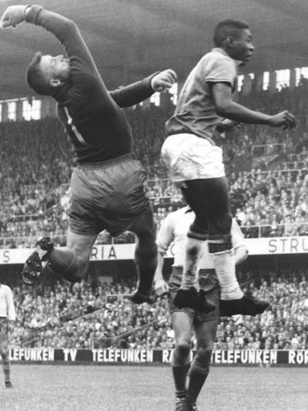 Pelé fighting for a ball against the Swedish goalkeeper Kalle Svensson during the 1958 World Cup final.