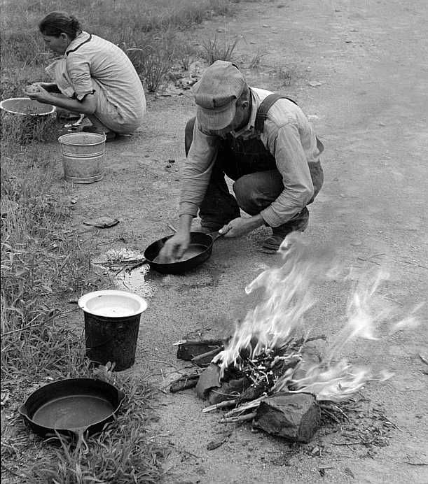 Making lunch along the roadside near Henrietta [i.e., Henryetta,] Oklahoma. This is a migrant family en route to California  Photo: Russell Lee