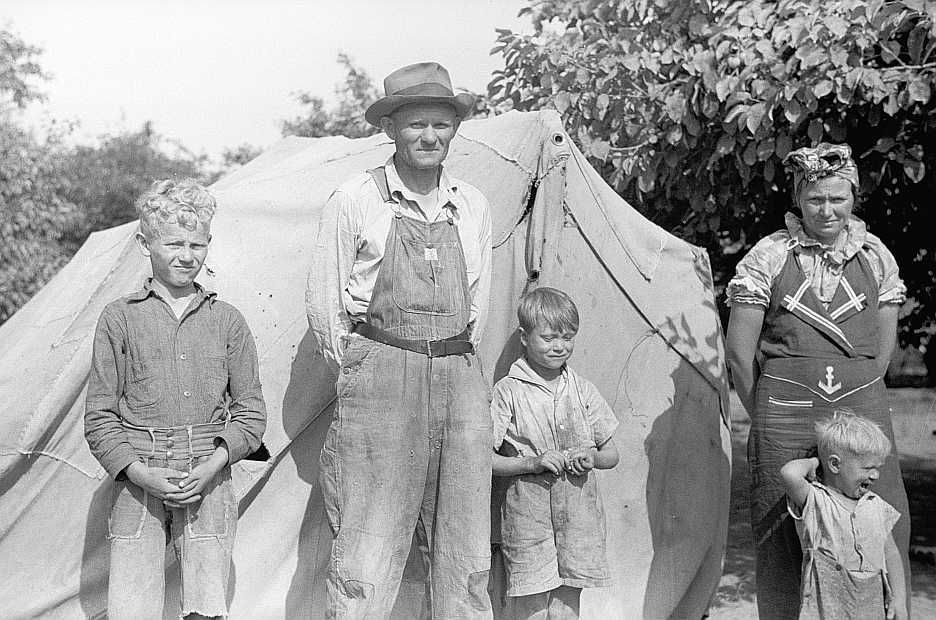 Migrant family from Arkansas picking fruit in Berrien County, Michigan  Photo: John  Vachon