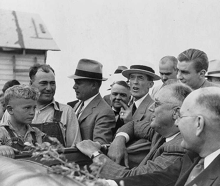 President Roosevelt visits farmer who is receiving drought relief grant. Mandan, North Dakota, August 1936 - Photo: Arthur Rothstein
