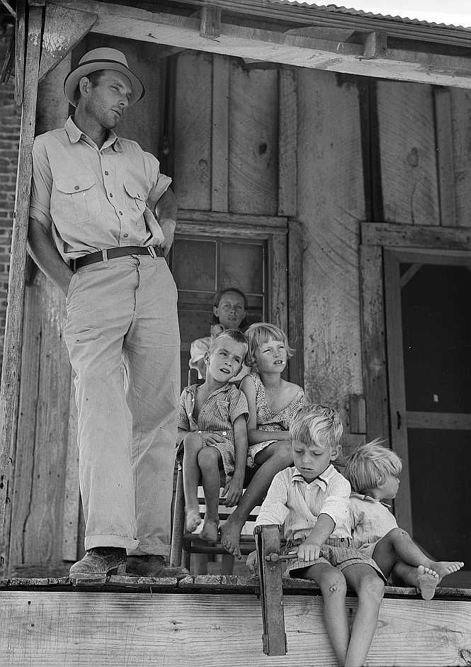 Cleveland, Mississippi sharecropper, wife and family - Photo : Dorothea Lange