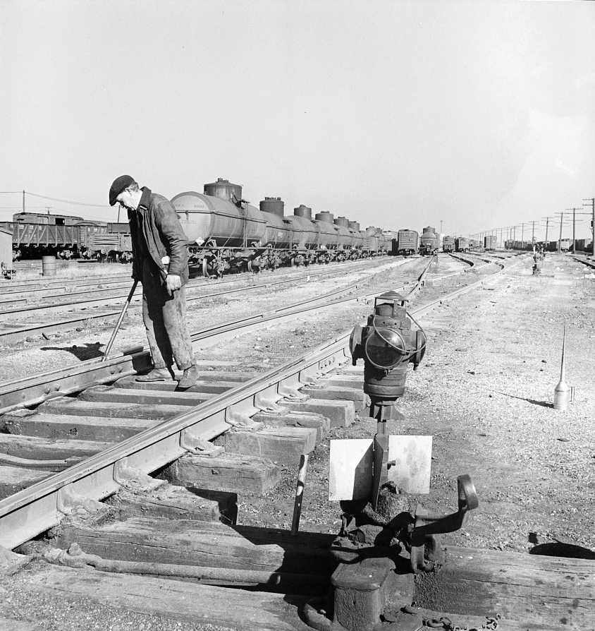 One of the yard gang cleaning out switches at an Illinois Central Railroad yard - Photo: Jack Delano